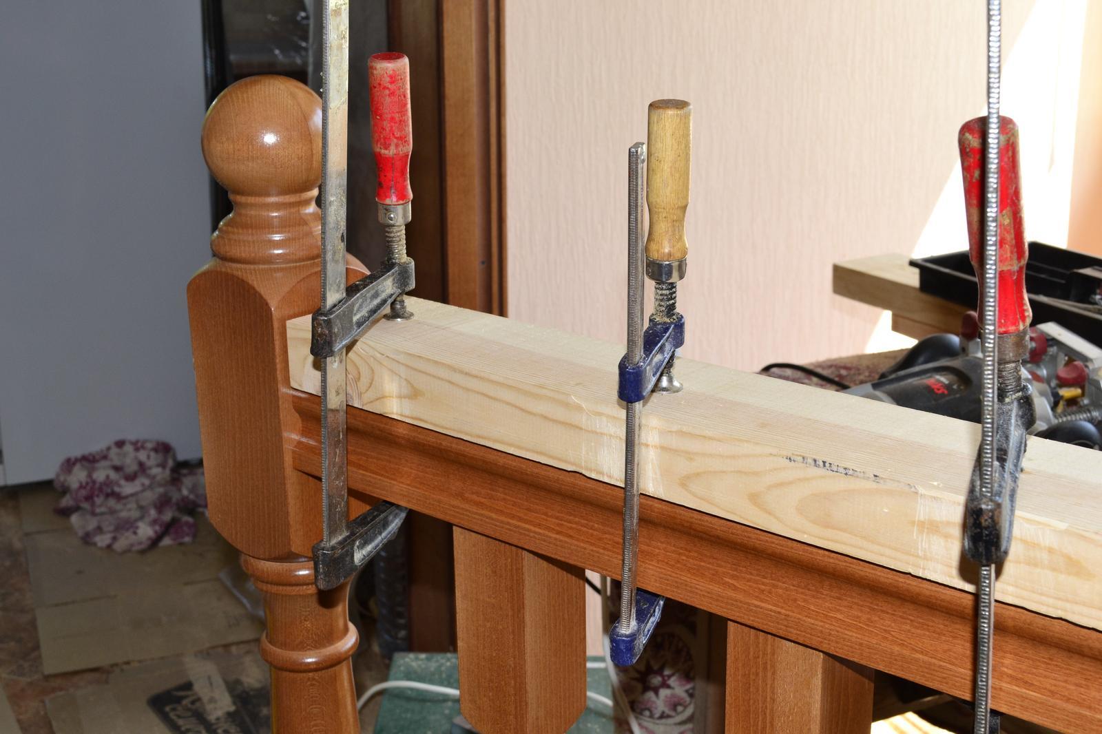 Монтаж балясины и перила из дерева на даче к лестнице