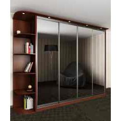 четырехдверный шкаф с раздвижными дверями с зеркалом